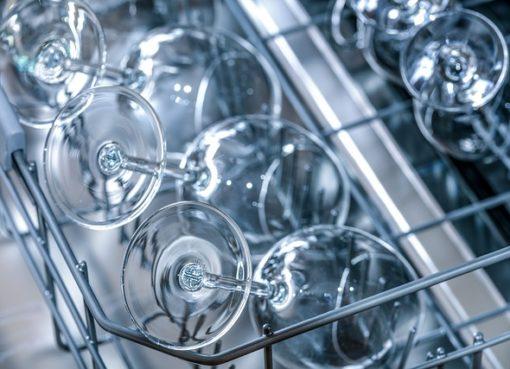 Illustration af en opvaskemaskine med rene vinglas.