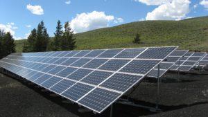 Solceller i grønt landskab med blå himmel i baggrunden. Energien fra Solceller kan lagres i salt.